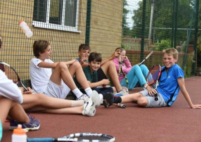 Tennis met internationale jongeren